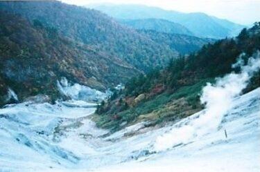 新湯の噴気の中、山頂へ向かう|小安岳(秋田)