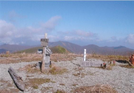 待望の和賀岳山頂 一等三角点と小さな祠