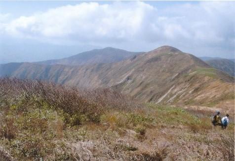 和賀岳~薬師への稜線 奥に高下岳(1323m)