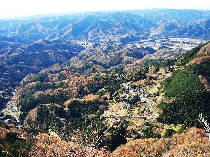 山頂から大円地集落を直下に見る