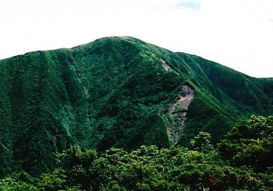 神楽ヶ峰~大きな山体の苗場山 下って登り返す