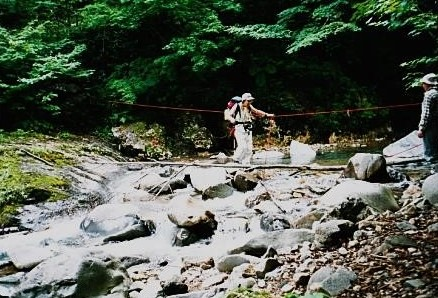 ロープを使って川を渡る