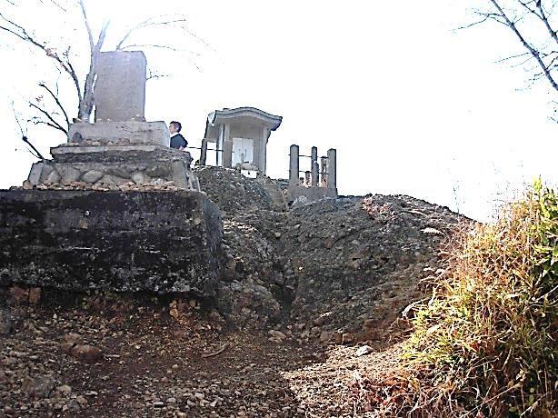 山頂の石碑と祠
