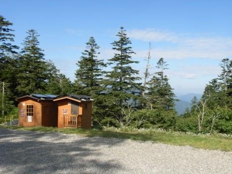 馬坂峠に出来た太陽光発電付きトイレ