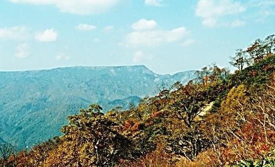 大きな山体の苗場山