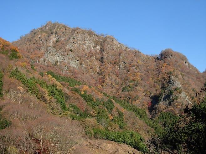 登山口~集塊岩の300m絶壁を望む