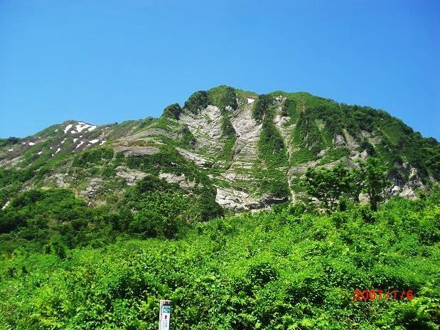 雪崩が滑り落ちる 数筋の岩肌