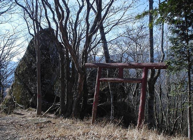 山頂真下の大岩と鳥居