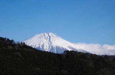 三石展望地より雪化粧した富士山を望む