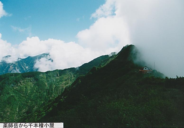 薬師岳から千本檜小屋と奥に地蔵岳