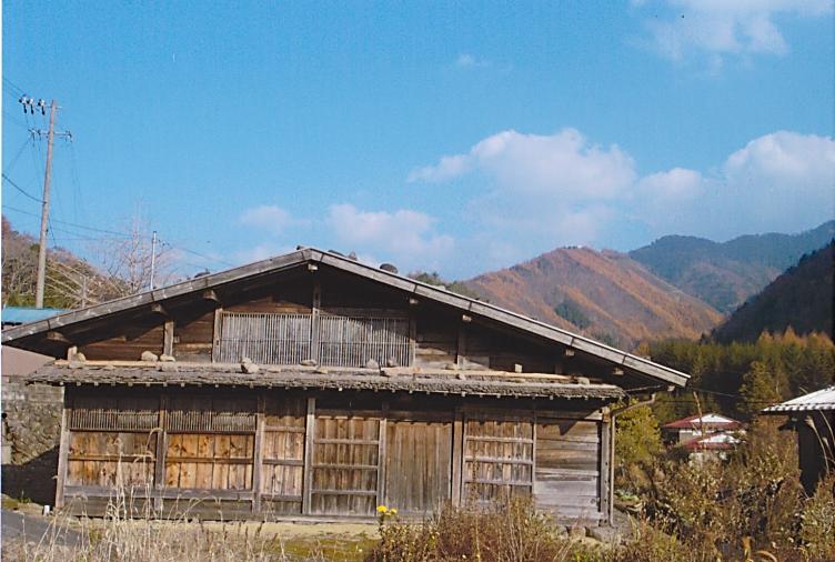 野麦集落の石置き屋根の家