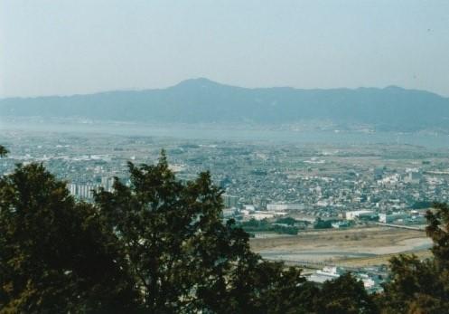 琵琶湖の上に比叡山