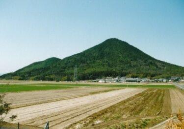 端整な近江富士 奥に相場振山