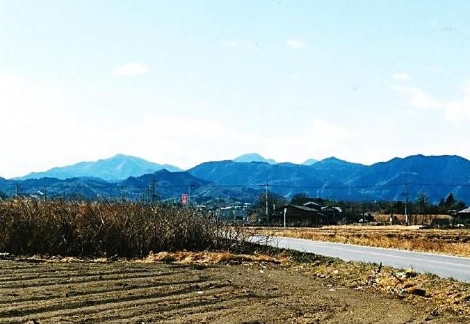 御岳山・雨降山の奥に赤久縄山と東西の御荷鉾山が頭を出す