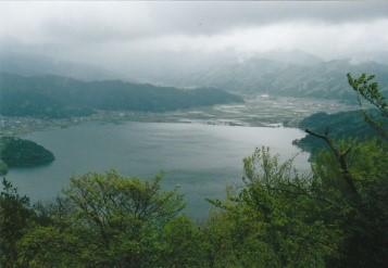 余呉湖を望む
