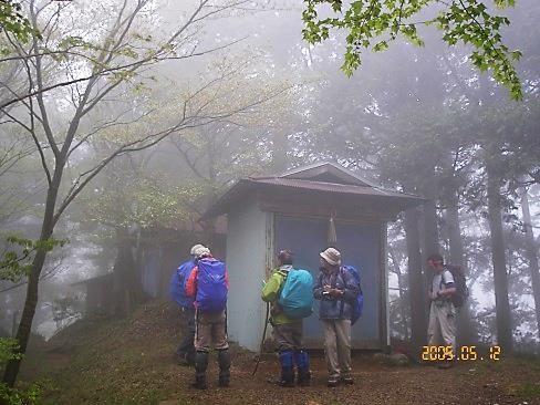 霧の中に佇む四ノ井神社
