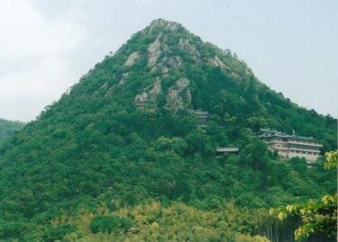 大岩が行く手を阻む・城跡の残骸|箕作山・赤神山{太郎坊山}(滋賀)