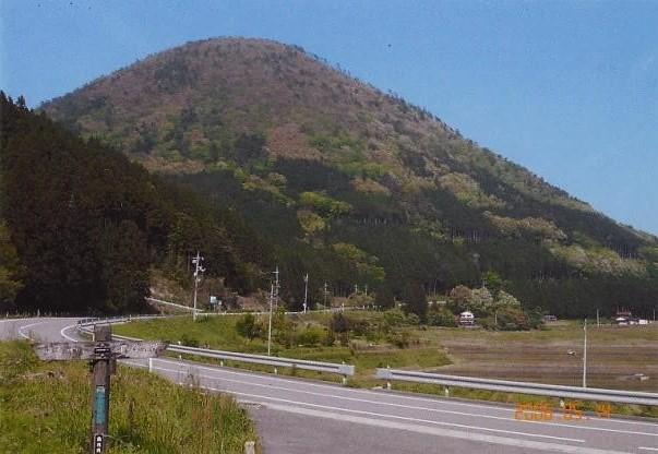 登山口から望む青野山