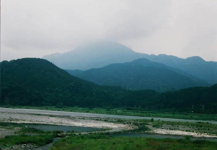 内船より篠井山を望む 山頂は雲の中