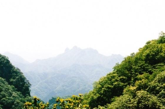 稲含山と鹿岳を望む