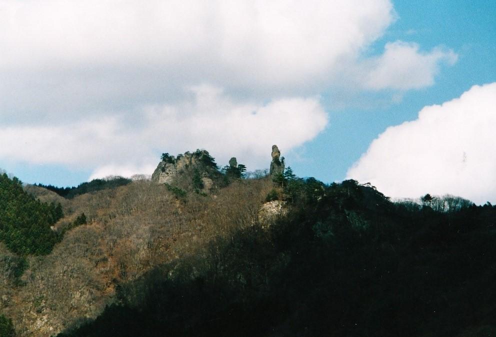 富岡街道から望む 御堂山 ジジ・ババ岩