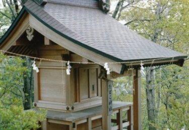 山頂近くに「たばこ神社」が祀られている|加波山(茨城)