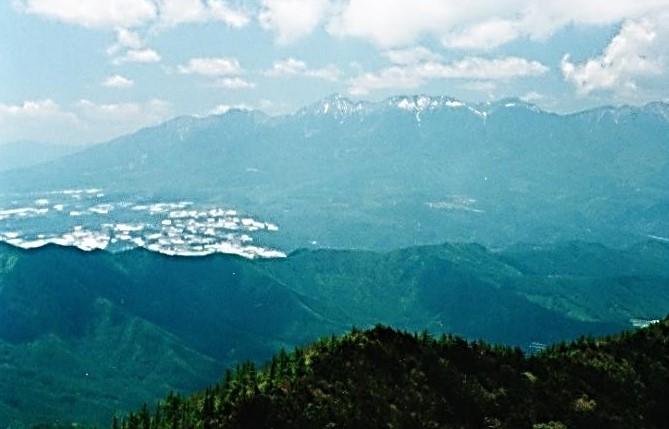 天狗・男山の先には八ヶ岳連峰