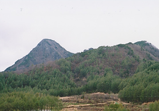 麓から男岳を眺める
