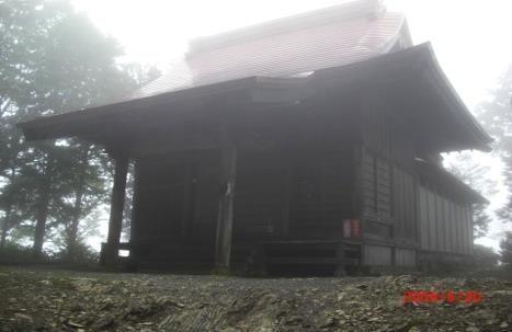山頂直下の稲含神社