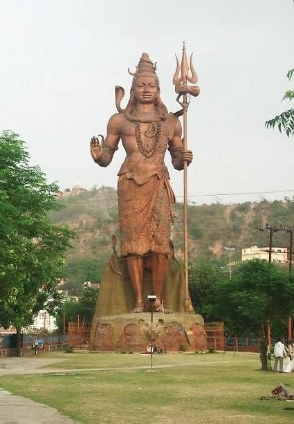 巨大なシヴァ神 立像