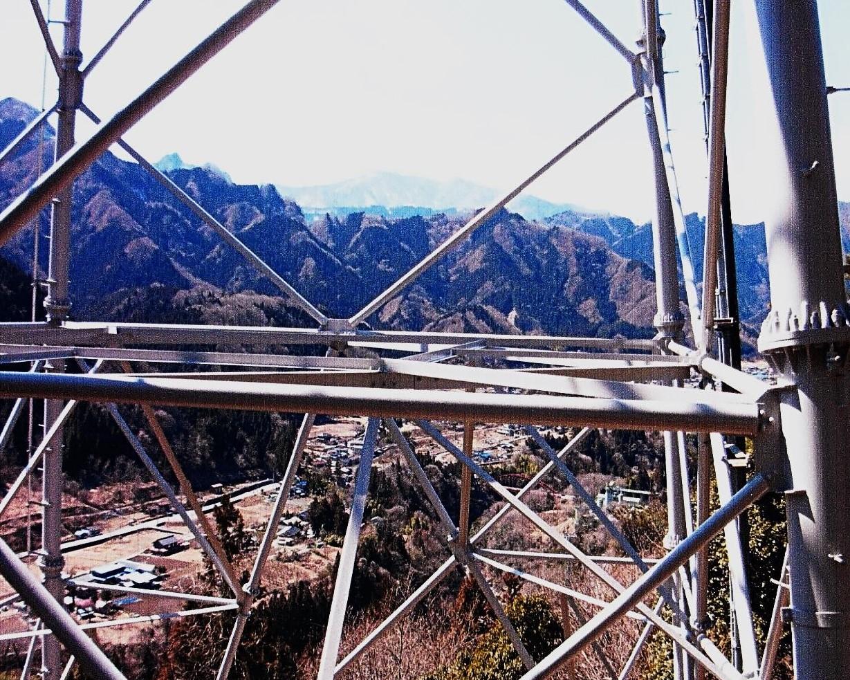 大きな山体の熊倉山 強石集落の鉄塔~