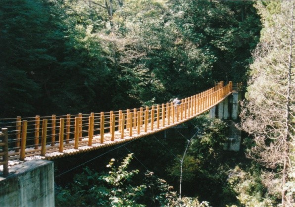 真新しい吊り橋