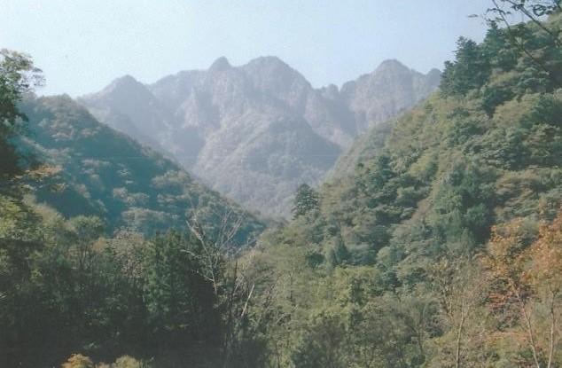 両神山 Vの切れ込みの㊧奥宮  ㊨山頂